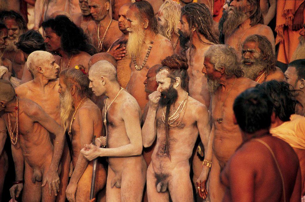 Svečani trenutak koji se događa jednom u 12 godina samo što nije počeo. Stari iskusni asketi zajedno sa novoiniciranim članovima isposničkog reda, na obali svete rijeke Šipre spremaju se za ritualno kupanje.