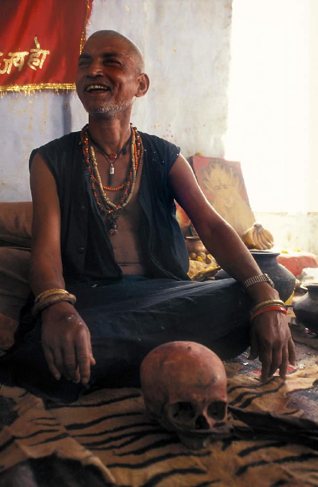 Agori su najradikalniji od svih asketa. Žive na grobljima i čak u određenim ritualima jedu meso mrtvaca. Ideja vodilja im je sačuvati čistu misao na Boga i kroz činjenje najodvratnijih stvari