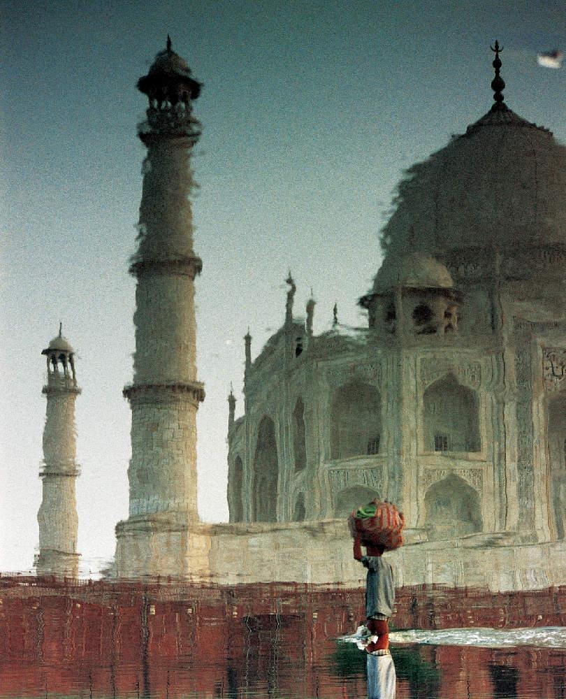 Čovjek koji živi na drugoj obali rijeke Yamune, nasuprot Taj Mahalu, svaki dan prelazi rijeku da bi otišao na gradsku tržnicu prodavati krastavce koji su izrasli u sijeni raskošne palače.
