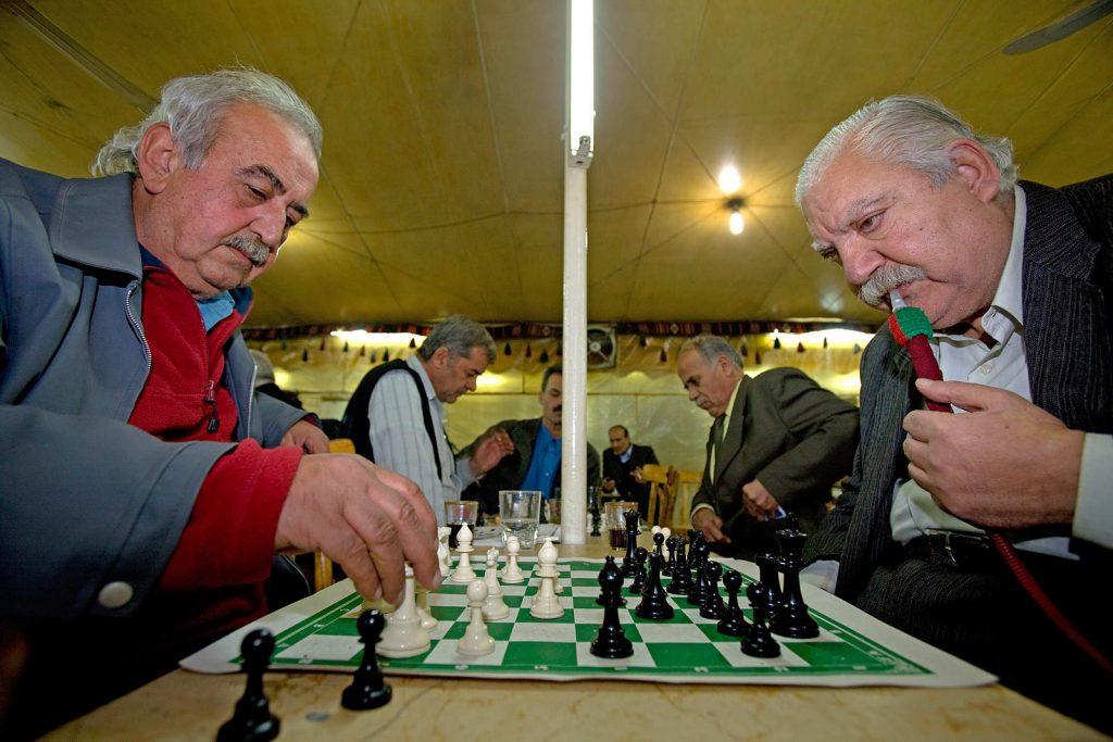 Dok stari ljudi provode dane uz nargilu i partiju šaha ili backgammona...