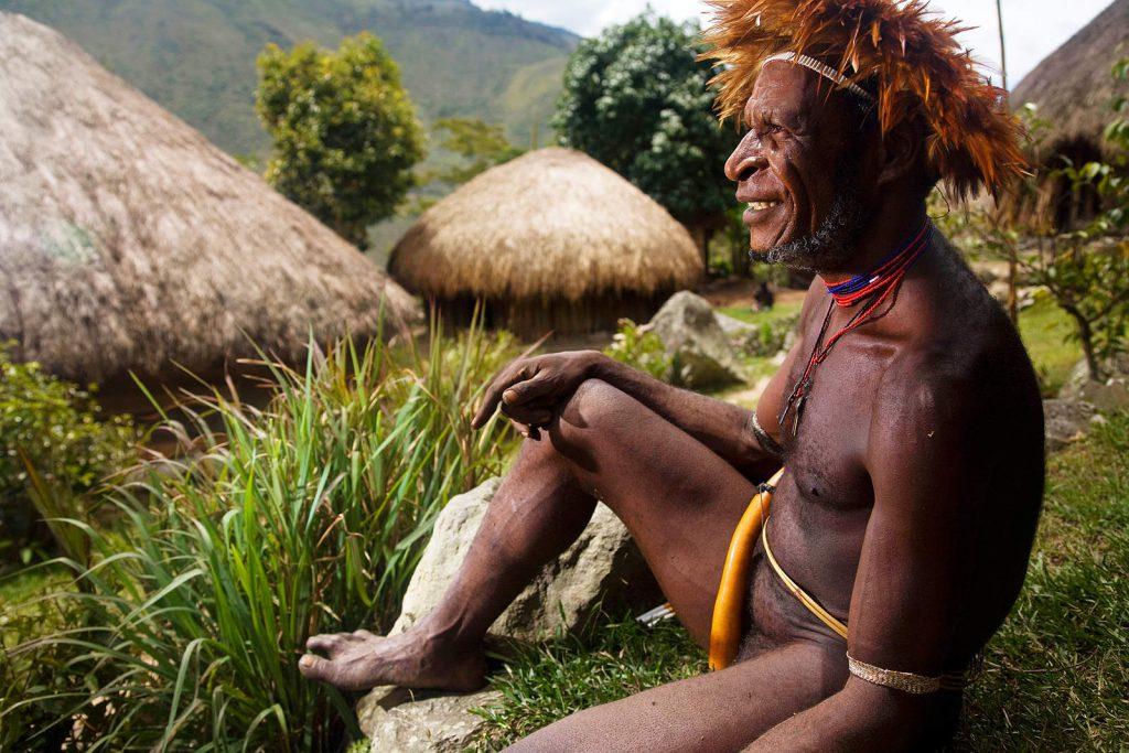 Neki Dani još uvijek nose tradicionalno odijelo u kojem genitalije prekrivaju sušenom tikvicom - kotekom.