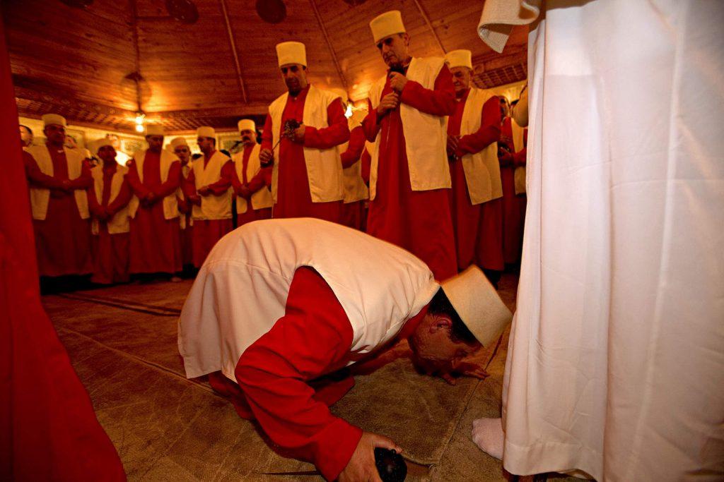 Jedna od glavnih odrednica derviša, koja ih razlikuje od ortodoksnih muslimana je ta da poznaju instituciju šejha - duhovnog učitelja kojem se u potpunosti predaju.