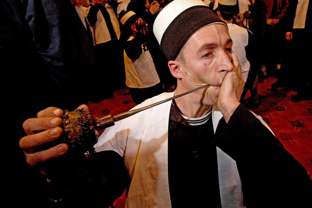 Na Kosovu živi radikalnija i 'površnija' verzija sufizma u kojoj derviši izvode mala 'čuda' poput probijanja određenih dijelova tijela.
