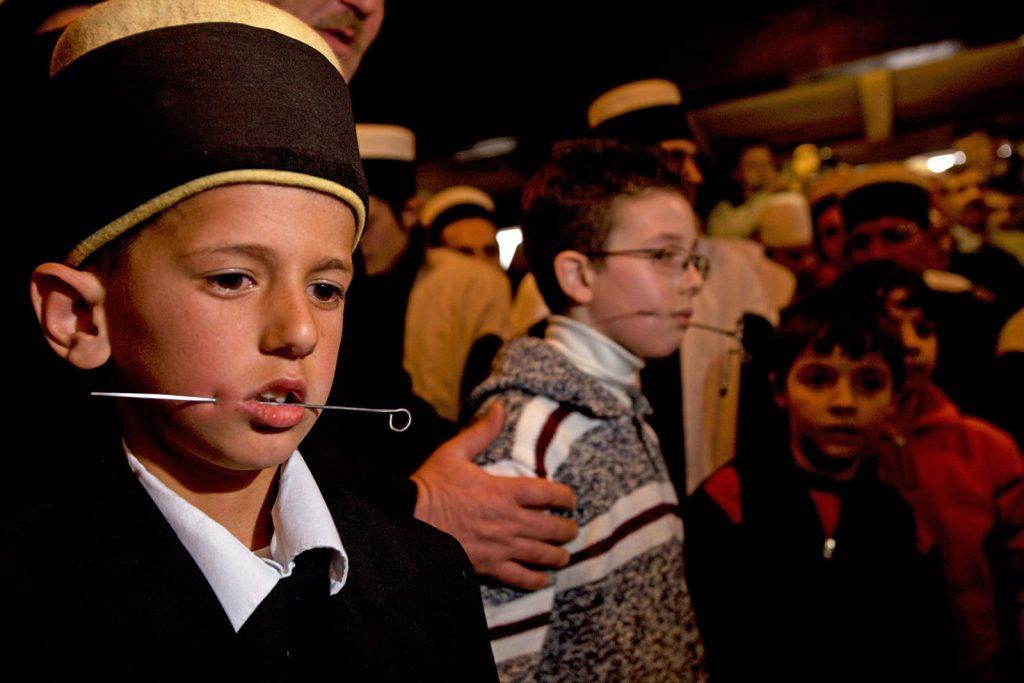 Na prvi dan proljeća mladi derviši na Kosovu prolaze inicijaciju - prvo probijanje. Sedmogodišnji dječak na slici jedan je od najmlađih.