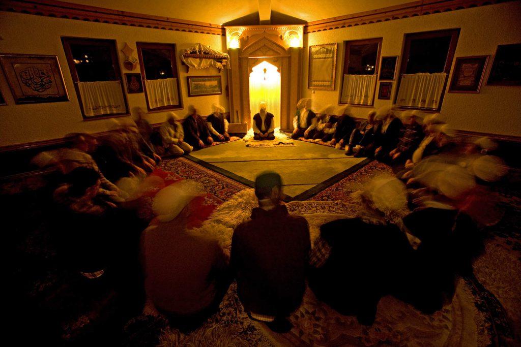 Derviši u Bosni ne odriču se svijeta, nego upravo kroz doličan svjetovan život pokušavaju živjeti svoju duhovnost.