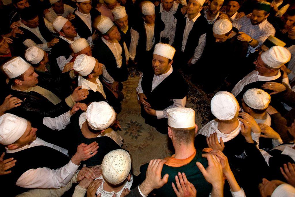Bosanski derviši u svakodnevnom životu cesto su uspješni, visokoobrazovani ljudi koji pokušavaju produbiti svoje duhovno iskustvo i tako se približiti Bogu.