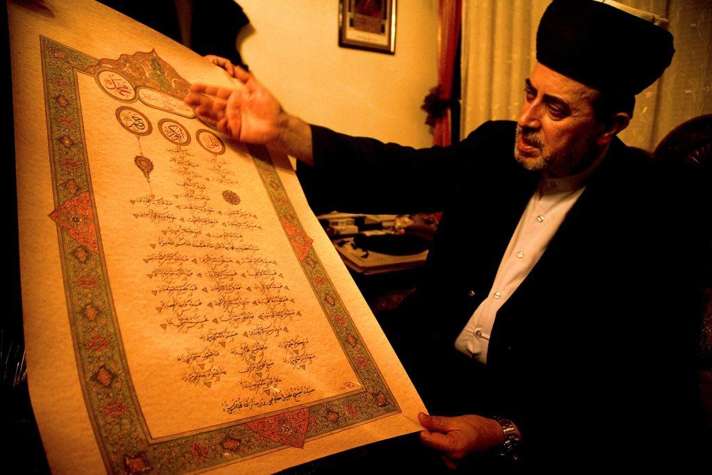 Svaki šejh mora imati 'silsilu' - duhovnu genealogiju kojom dokazuju da je njegovo znanje prenošeno direktno od poslanika Muhameda. Šejh Halil Hulusi u Sarajevu objašnjava svoju Silsilu.