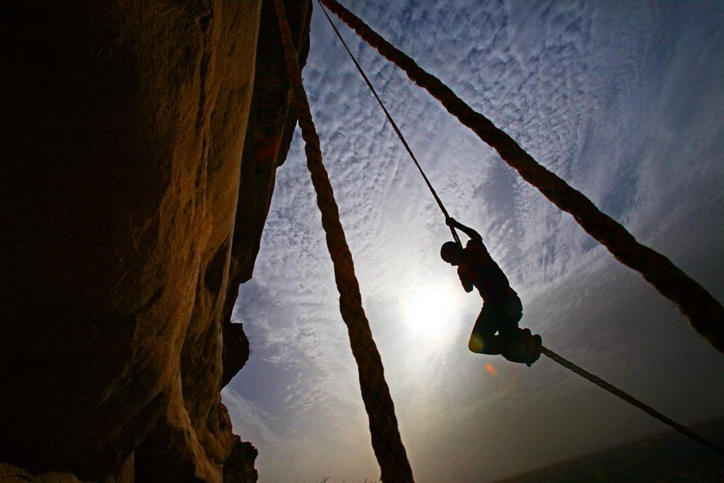 Po 200 metara visokoj litici Bandiagare koja je tabu za strance, i domena mrtvih, penju se samo posebno inicirani muškarci.