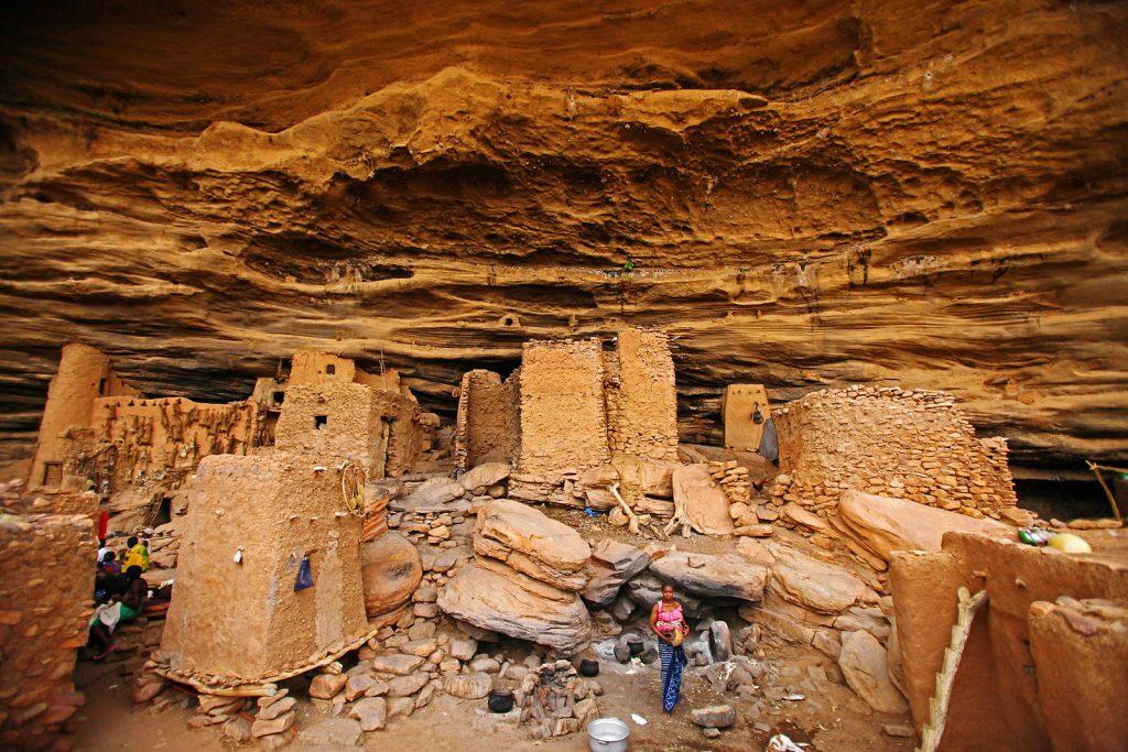 Dogoni su izgradili naselja u pećinama litice kako bi se sklonili od susjednih ratničkih naroda.