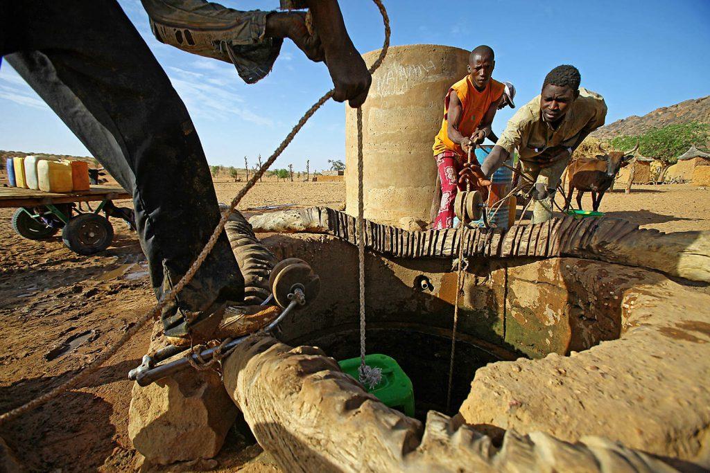 Dogonima više ne prijete ratnička plemena, ali im prijeti promjena klime, desertifikacija i sve češća nestašica vode.