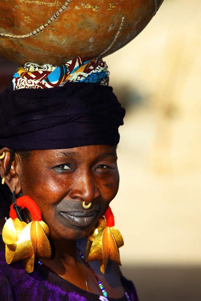 Uz Niger žive brojni narodi od kojih svatko ima svoje prepoznatljivo obilježje. Fulani žene tetoviraju usta.
