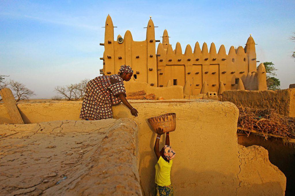 U selu Sirimu živi narod Bozo – ribari. Na krovu kuće od blata žena suši proso – glavnu prehrambenu namirnicu Sahela.