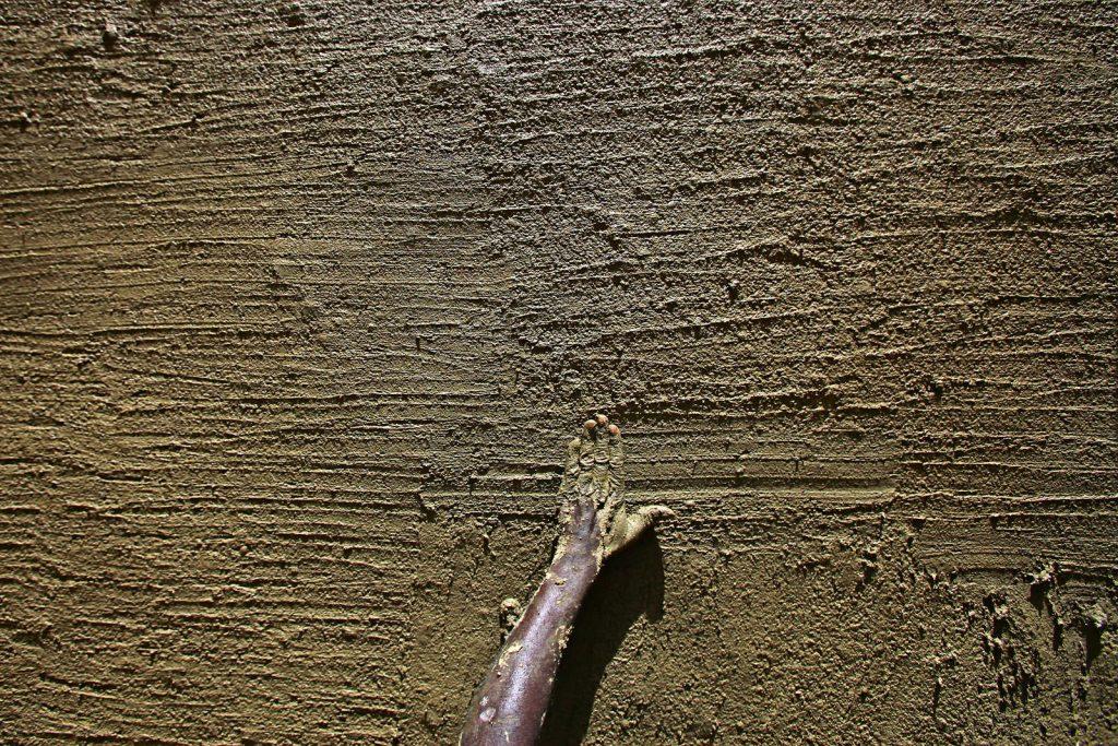 Kuće od blata moraju se svake godine nakon kišne sezone obnavljati novim slojem blata.