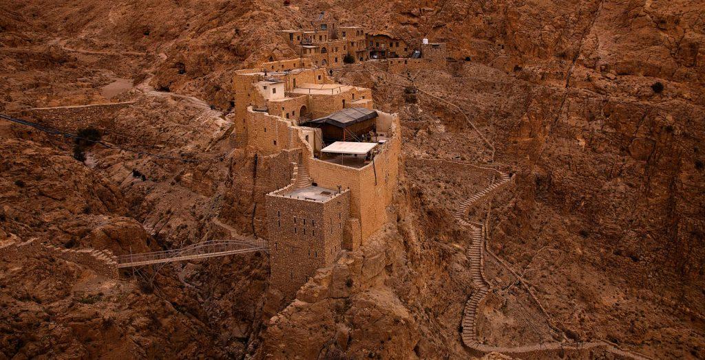 """""""Pustinja je u mnogim tradicijama, posebno biblijskoj, mjesto susreta s Bogom, mjesto za duhovnost, mjesto dubokih osjećaja i mističnih iskustava. To je i mjesto samoće u kojem pojedinac dobiva važnost kao pojedinac, ispred Boga, ispred sebe i ostalih."""" kaže Paolo Dall' Oglio osnivač duhovne zajednice u Mar Musi u Sirijskoj pustinji."""