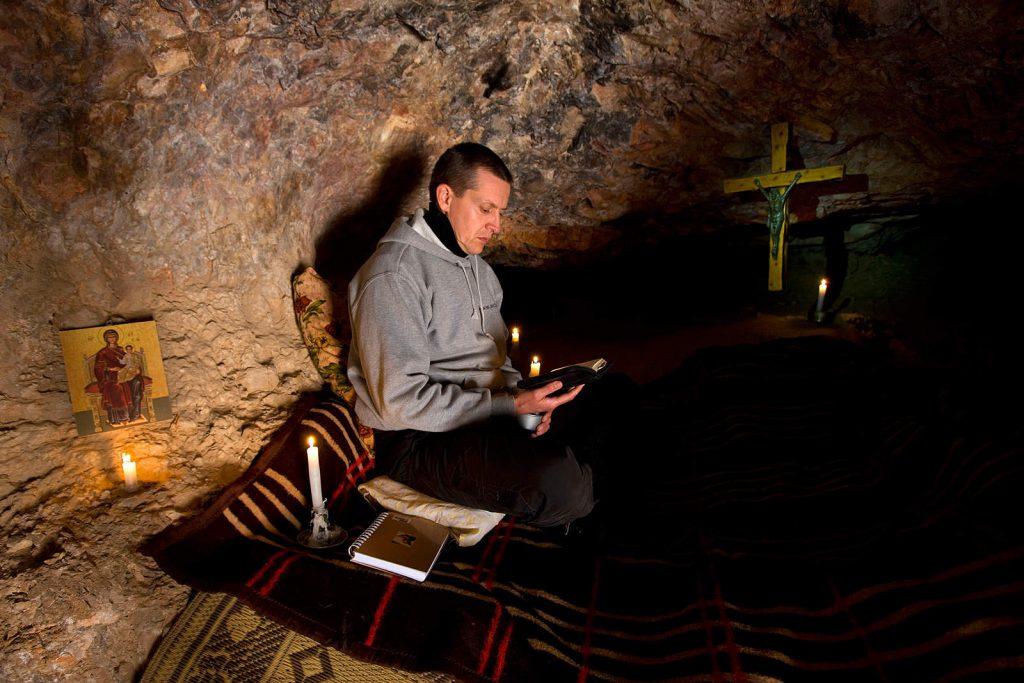 """""""Svatko od nas povremeno mora oprati svoj prljavi veš, zar ne?"""" kaže Øyvind Borgsø, Norvežanin koji je došao u Mar Musu na duhovnu obnovu, a većinu vremena provodi u meditaciji u pećinama oko samostana. """"Cijeli život bježimo od suočavanja sa sobom, trpamo sve pod tepih dok hrpa nije tolika da se spotaknemo i slomimo vrat. S vremena na vrijeme treba počistiti prašinu!«"""