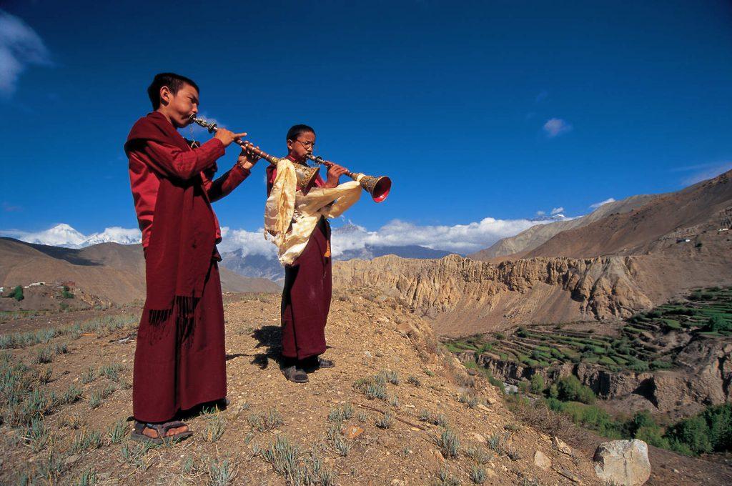 U jednom od najzabačenijih kutaka Himalaja smjestilo se izolirano kraljevstvo Mustang, koje je zahvaljujući autonomnom položaju unutar nepalskih granica izbjeglo kinesku destrukciju tibetske kulture i postalo jedino mjesto gdje je ta kultura preživjela u svom originalnom obliku.