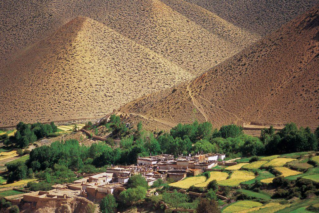 Mustang potpuno pripada negostoljubivoj tibetskoj visoravni, pa su se sva naselja smjestila u rijetkim plodnim dolinama.
