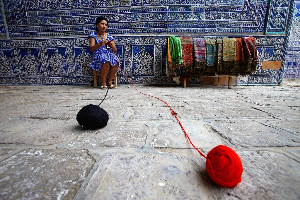 Uzbekistan je u povijesti bio jedan od najbogatijih predjela svijeta jer se nalazio točno na polovici puta svile. Tu su se Kineski trgovi i učenjaci susretali sa Europskima.
