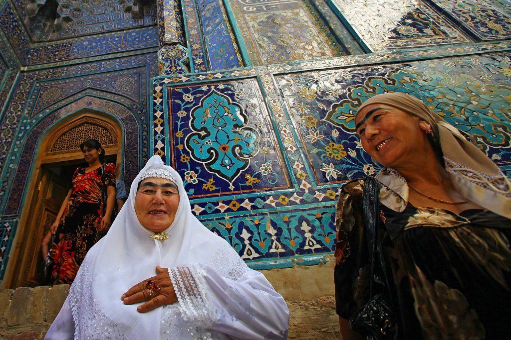 Žena u bijelim hodočasničkim haljinama upravo se vratila iz Meke, te se došla u Shah-i-zinda – aveniju mauzoleja svetaca - zahvaliti Bogu na uspješnom putovanju.