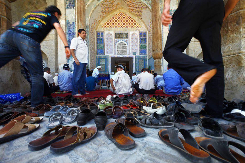 Bolo hauz džamija u Bukhari za vrijeme glavne molitve petkom.