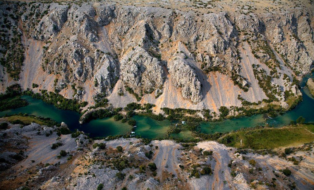 Njen tok vodi kroz stotinu kilometara pustog krša.