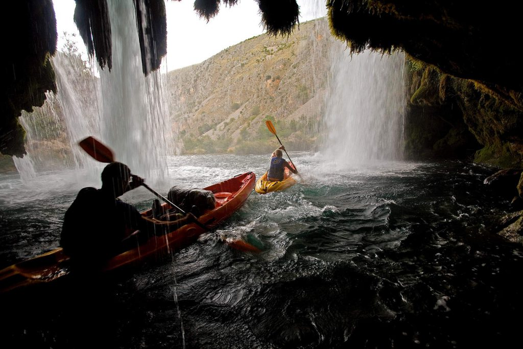 Donji dio rijeke puno je uzbudljiviji za veslanje, pun slapova i brzaca.