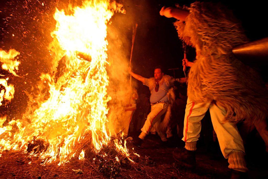 Svako pokladno razdoblje završava paljenjem pusta i velikim plesom oko vatre.