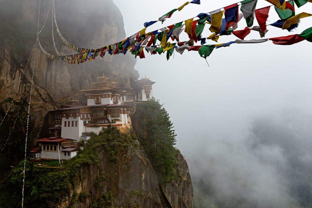"""Taktsang goemba, odnosno """"Tigrovo gnijezdo"""" jedno je od najsvetijih mjesta u Butanu, malenome budističkom kraljevstvu na Himalaji. Izgrađeno je u 17.stoljeću na mjestu pećina u kojima je meditirao utemeljitelj tibetskog budizma guru Rinpoche"""
