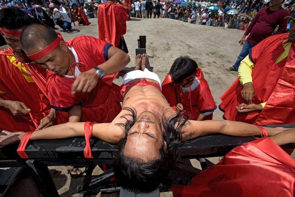 Svake godine na Veliki Petak ovdje se nekoliko desetaka strastvenih vjernika dobrovoljno razapne na križ poput Isusa.