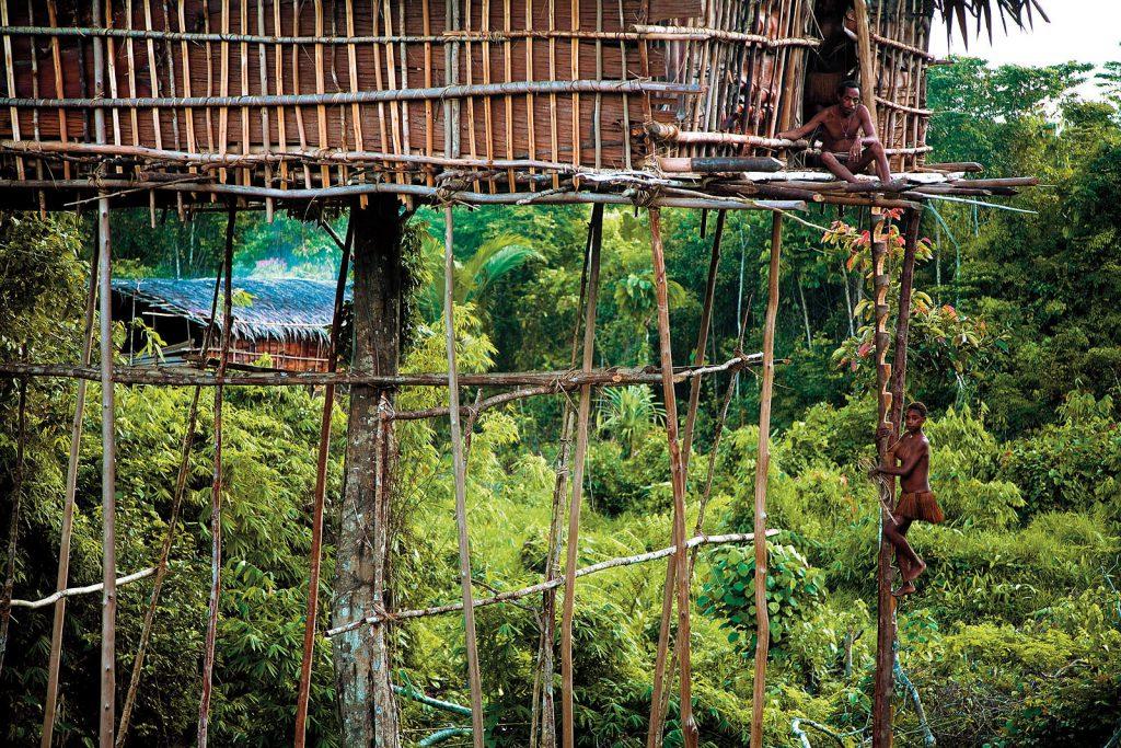 Duboko u džunglama Zapadne Papue živi jedno od posljednjih plemena na svijetu koja nemaju gotovo nikakav dodir s civilizacijom, Korowai Batu