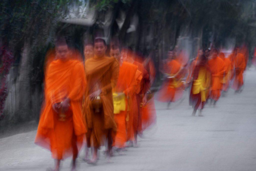 Redovnici svako jutro po ulicama gradiæa skupljaju milodar u hrani.