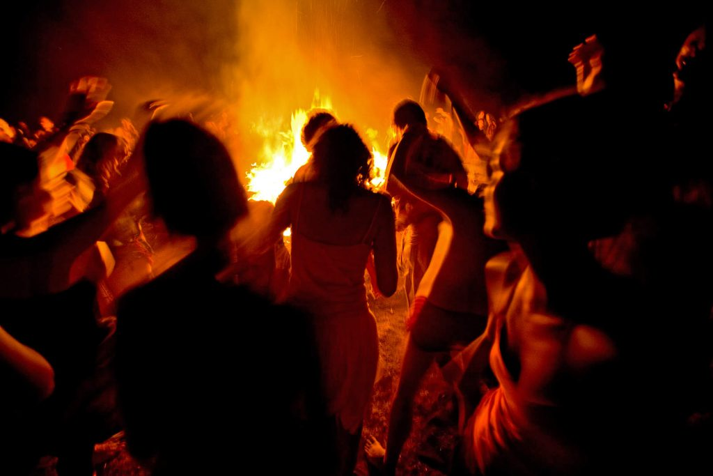The dance around the fire then lasts the whole night...