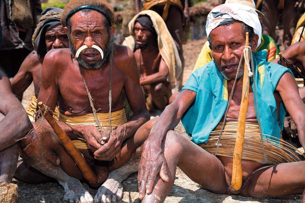 Yali ne znaju objasniti zašto nose tako neobična odjela. Čak niti njihovi mitovi ne nude odgovore.